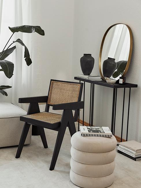 console noir avec miroir doré et chaise en bois et cannage