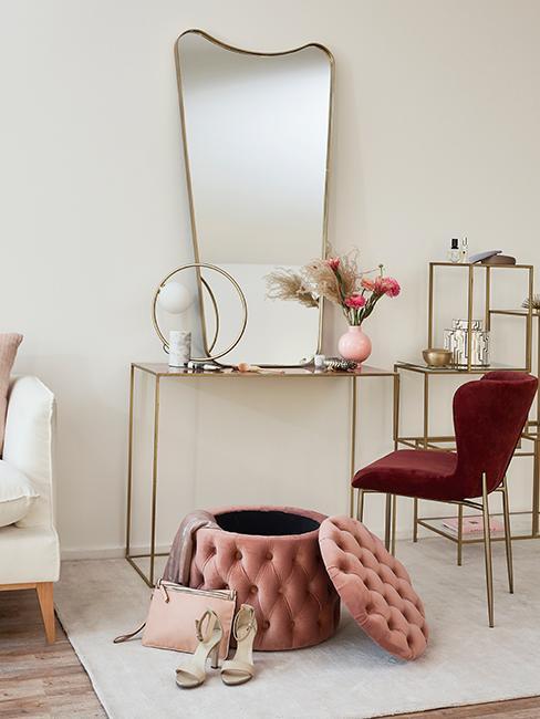 chambre avec coiffeuse moderne et glam avec consolé dorée, grand miroir, pouf rose