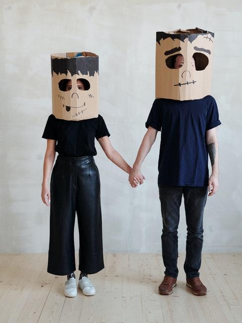 couple vêtu de noir, déguisement halloween en carton