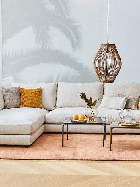 Salon avec papier peint tropical gris, canapé beige et tapis orange