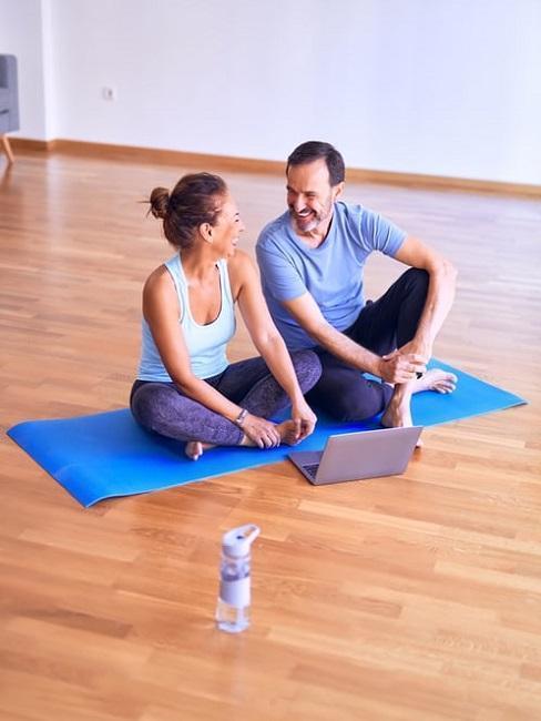 Couple qui fait du sport ensemble, tapis de gym et cours en ligne