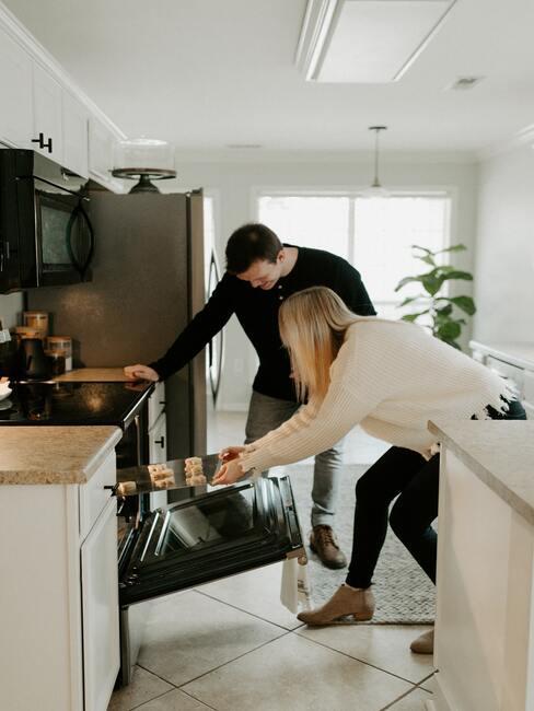 Couple qui cuisine ensemble