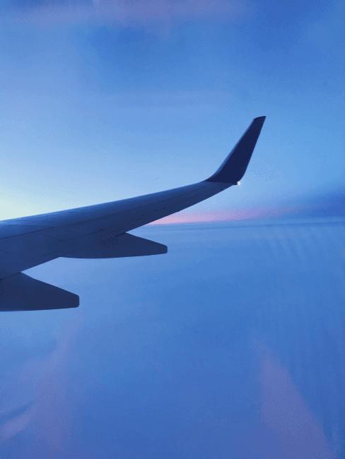 vue d'un hublot sur l'aile d'un avion en vol