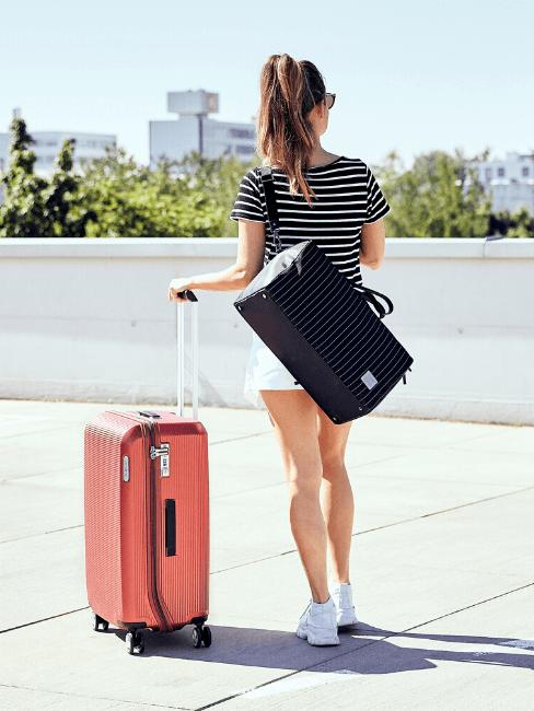 Une jeune fille avec une valise de voyage