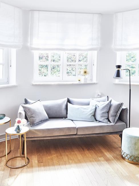 petit salon dans un coin lumineux et fauteuil gris