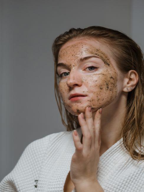 Femmes avec masque au café DIY sur le visage
