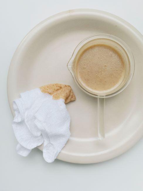 Masque fait maison sur assiette beige