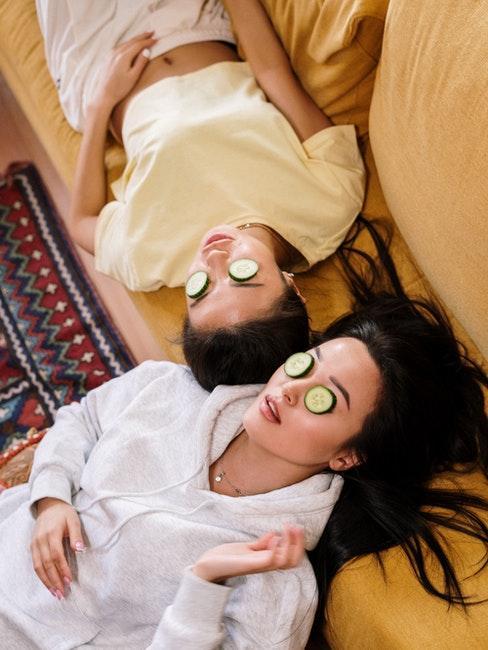 deux femmes allongées avec lamelles de concombre sur les yeux