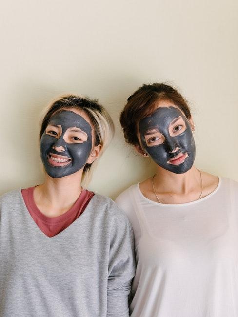 Deux jeunes femmes avec un masque DY sur le visage
