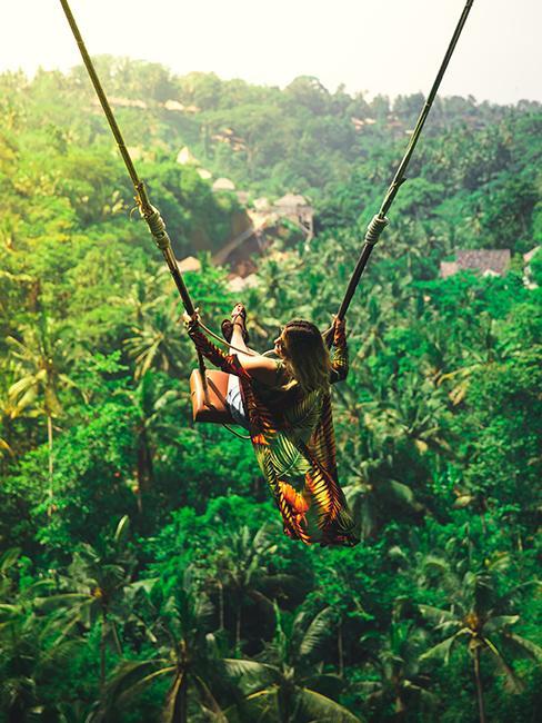 Une jeune fille sur une balançoire à Bali