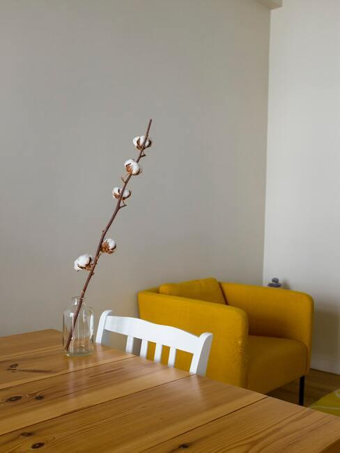 etit salon salle à manger avec fauteuil jaune et table en bois
