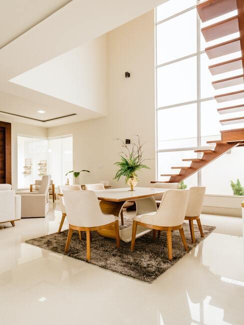Grand salon salle à manger moderne et design blanc et escaliers en bois