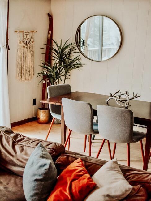 Salon salle à manger avec canapé en cuir et table en bois foncé chaises grises