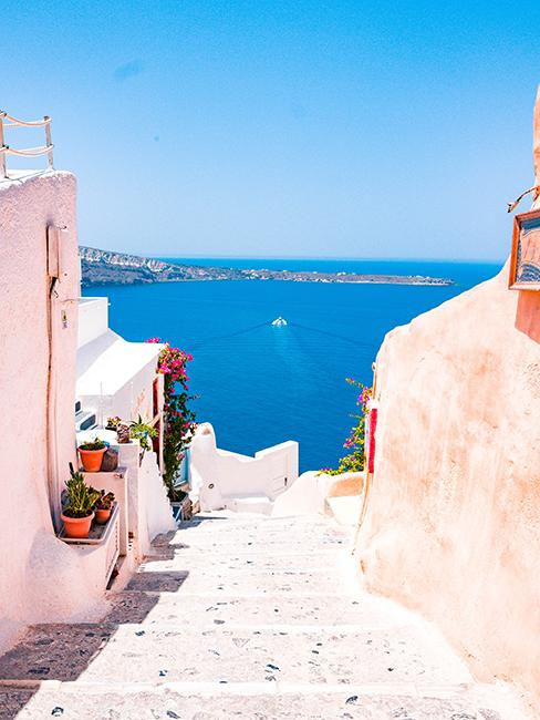 Vue sur la mer d'une ruelle en Grèce