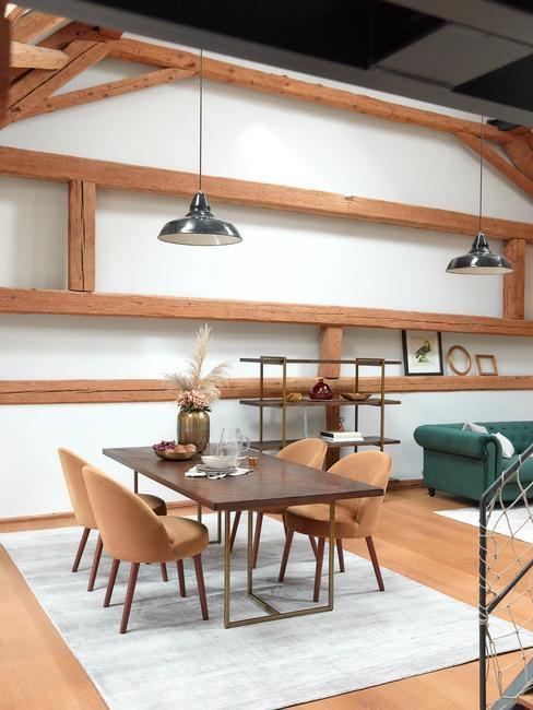 Grand salon salle à manger style loft avec boiserie