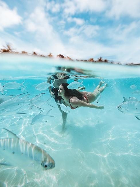 femme entrain de faire de nager aux Maldives