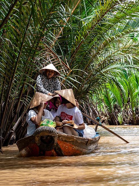 barque avec 3 personnes sur une rivière au vietnam