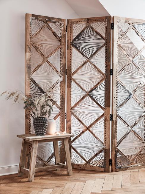 Paravent en bois et matière naturelle et petit tabouret décoratif en bois et plante
