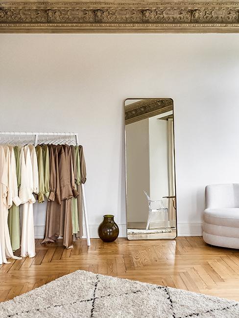 grand miroir dans un appartement en ville avec parquet et dressing