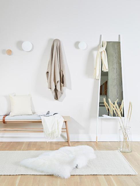 grand miroir blanc dans entrée avec banc et crochets
