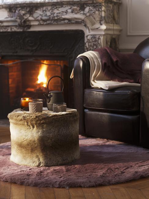 dimanche cocooning pouf en poils en fauteuil en cuir près de la cheminée