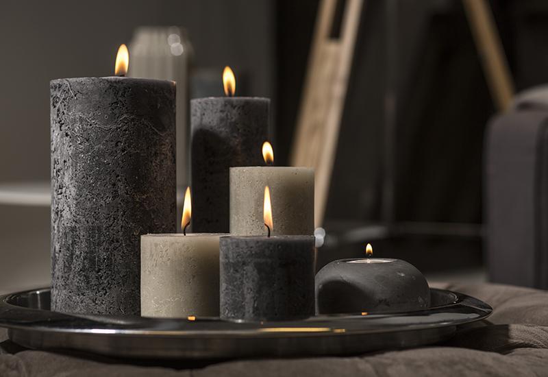 bougies grises allumées pour un dimanche cocooning