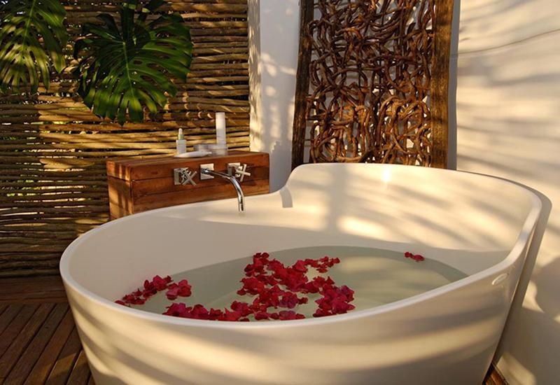 baignoire avec fleurs roses