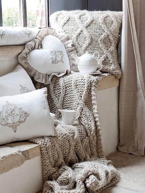 déco cocooning avec plaid beige en laine et coussins blancs