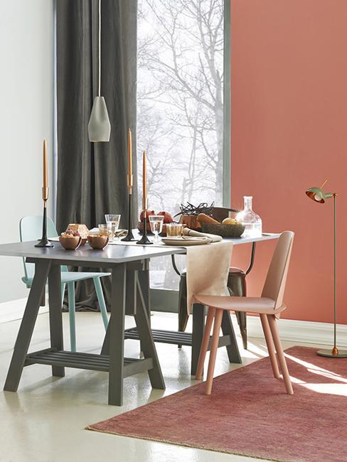 salle à manger avec mur terracotta