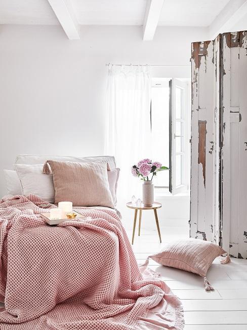 chambre à coucher romantique avec plaid rose