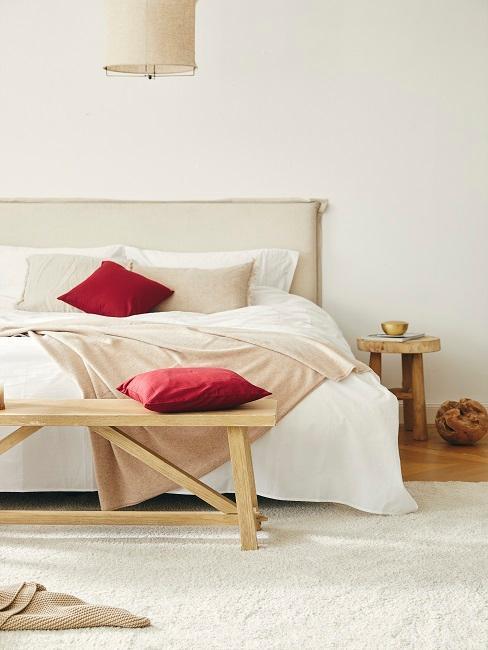 Chambre à coucher beige avec banc en bois