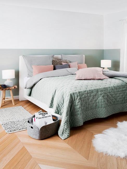 chambre à coucher modern, couleurs pastel, mur à deux tons, tapis en fourrure