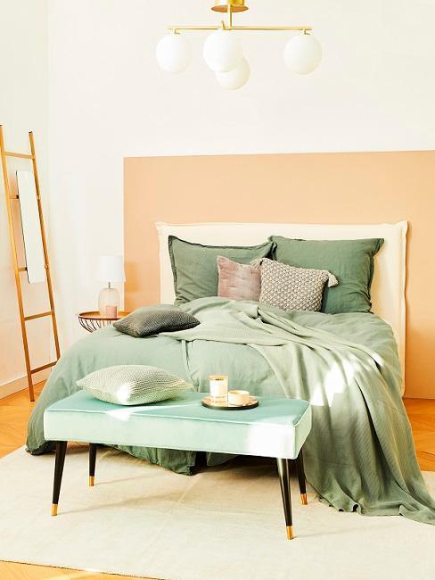 Chambr emur orange draps de lit verts