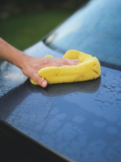 lavage de voiture avec éponge pour économiser l'eau