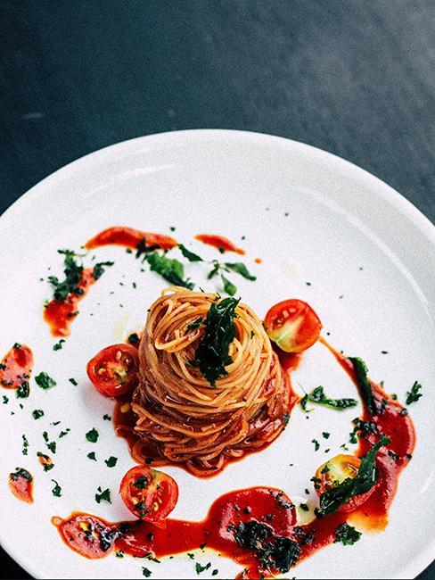pâte linguine avec sauce tomate dans assiette blanche