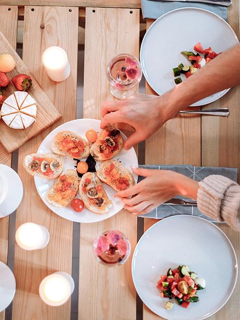 plat avec des brushettas posé sur une table en palette