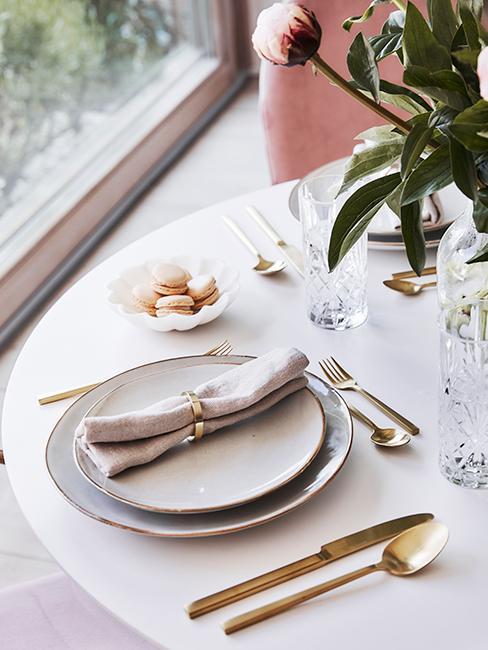 table romantique avec assiettes au look wabi savi, couverts dorés et macarons