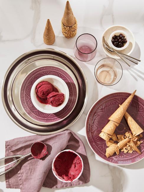 sorbet à la fraise servi dans des assiettes avec des cônes