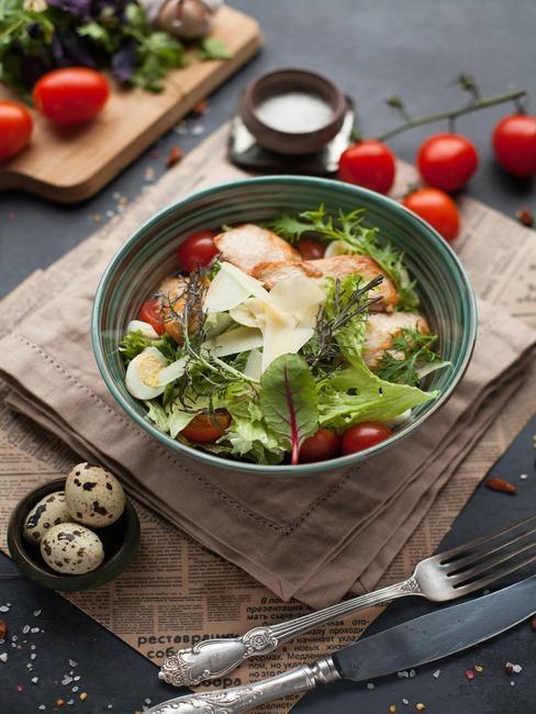 salade de poulet dans une assiette creuse