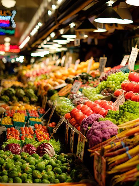 etales de fruits et légumes dans un marché