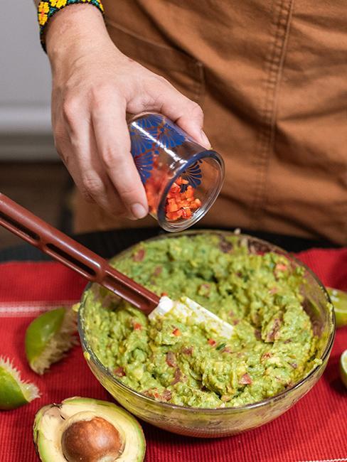 ¨Personne entrain de préparer un guacamole maison