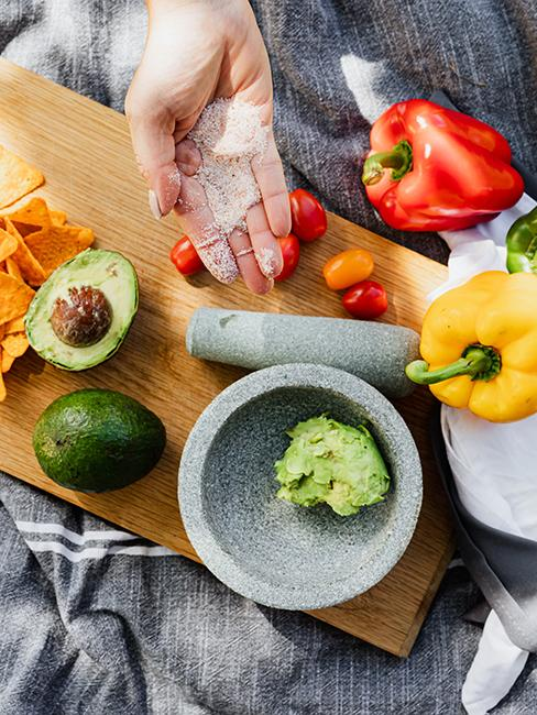 Personne entrain de réaliser du guacamole maison