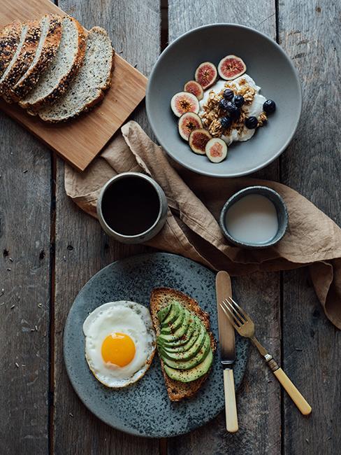 Brunch avec avocado toast et oeuf sur le plat