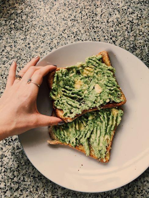 Toasts à l'avocat dans une assiette