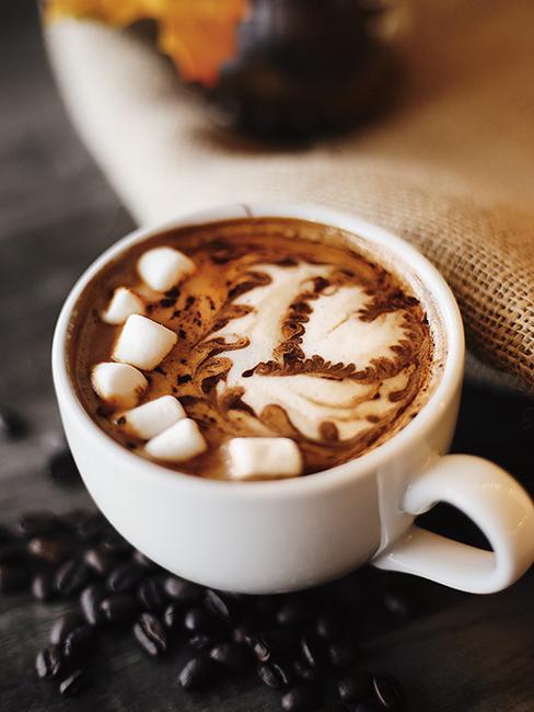 Chocolat chaud avec chamallow dans une tasse blanche