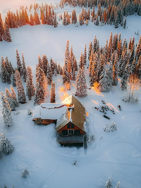 chalet au milieu de la neige entouré de sapins