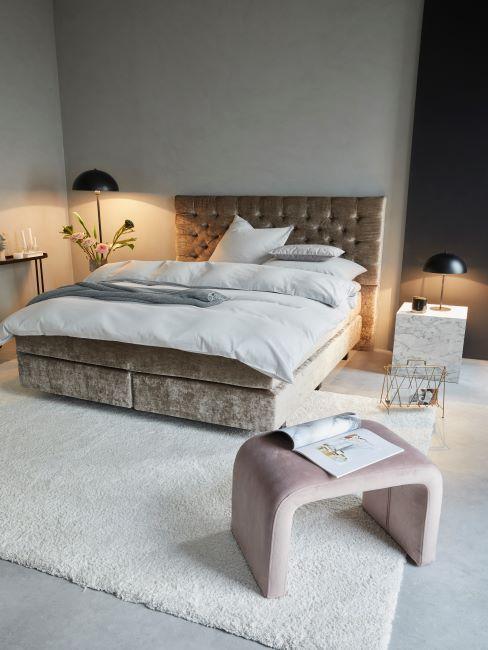 chambre à coucher glamour, lit sommier tapissier capitonne en velours, tapis moelleux blanc, tabouret velours rose