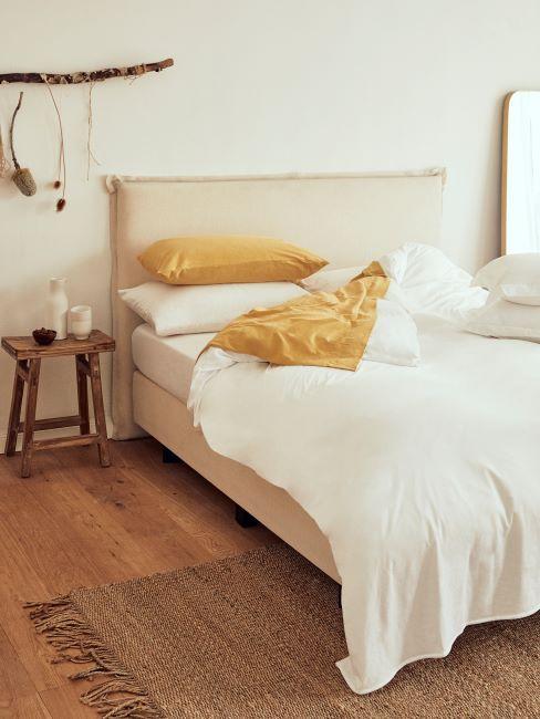 chambre à coucher bohème, tabouret en bois brut, tapis en jute, déco murale boho