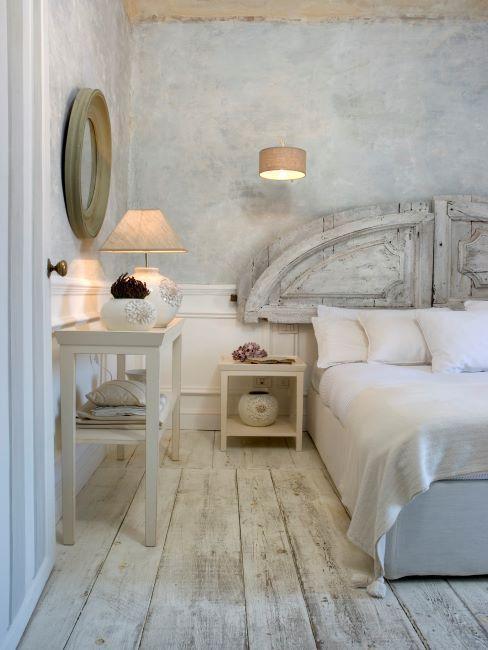 chambre à coucher style rustique, sol en bois blanchi, couleurs blanc usé, matelas de lit, miroir mural rond, toilette en bois, lampe à poser, cosy