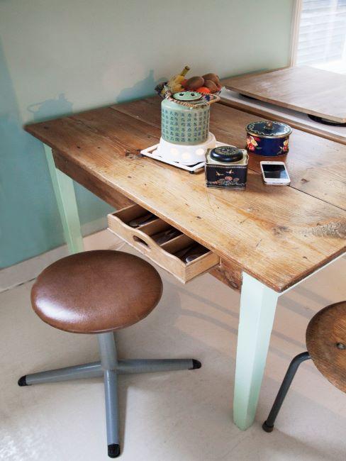 bureau rétro, table en bois look usé, tabouret pivotant en cuir marron